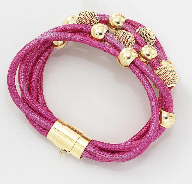 Luce bella todos los día con esta moderna y colorida pulsera con piezas de metal con 4 baños de oro de 18 kt, perfectos para vestir con un buen outfit, combínalo con la pulsera 116203. Pulsera de múltiples cordones rosas. Largo 19 cm. Modelo: 116206