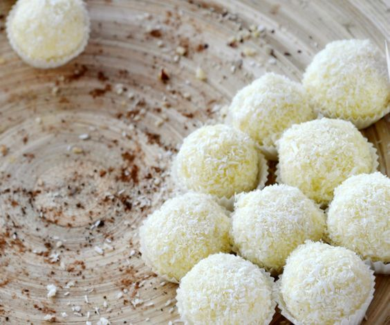 Bomboane Rafaello de post |  + extra cocos  100 g fulgi de migdale  1 fiolă esență de vanilie  80 g fulgi de cocos  1/2 lingurita zahăr vanilat  3 lingurite zahăr pudră  400 g lapte de cocos gras