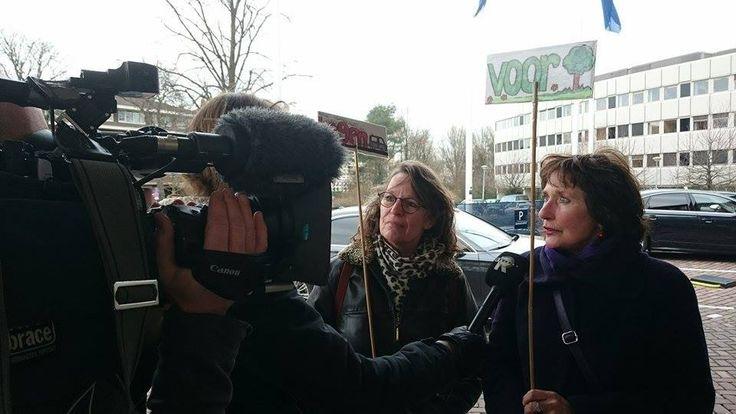 Bewoners A13/A16 No Way? bij het aanbieden van de 11.000 handtekeningen aan de Minister
