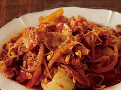 コウ ケンテツさんの豚バラ肉を使った「豚キムチ」のレシピページです。定番の豚キムチもコツを覚えればおいしさもワンランクアップ!キムチのうまみをどんどん引き出しましょう。 材料: 豚バラ肉、白菜キムチ、たまねぎ、豆もやし、A、塩、こしょう、ごま油