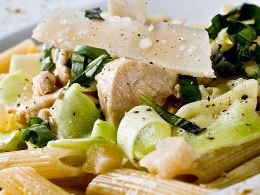 Ecco una #ricetta di stagione -> Penne con pollo, zucchine e parmigiano
