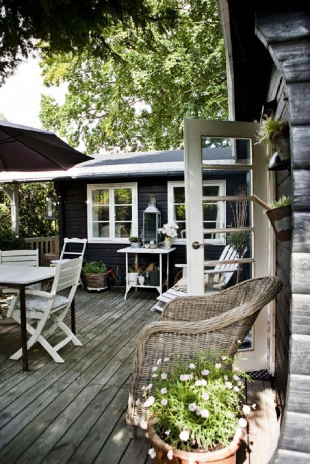 Tuin - overkapping - tuinhuis | Donker huis witte kozijnen