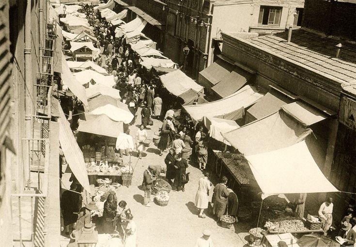 Madrid: 1929. El Mercado de Antón Martín, junto al cine Doré, con puestos extendidos por la calle de Santa Isabel