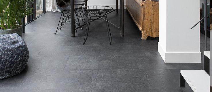 Elegant Black XL: Deze pvc vloertegel is vanwege zijn stoere ruwe uitstraling perfect te combineren met industriële meubels! De tegels zijn extra groot voor een ruimtelijk effect in uw woning.