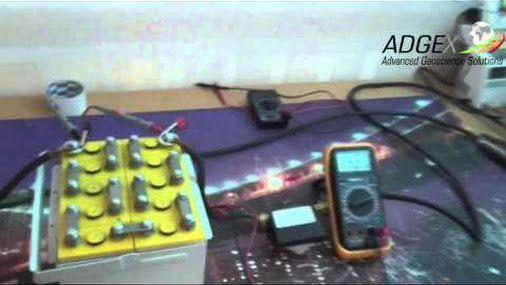Сергей Ивченко демонстрирует первый супер аккумулятор, изготовленный компанией ADGEX.