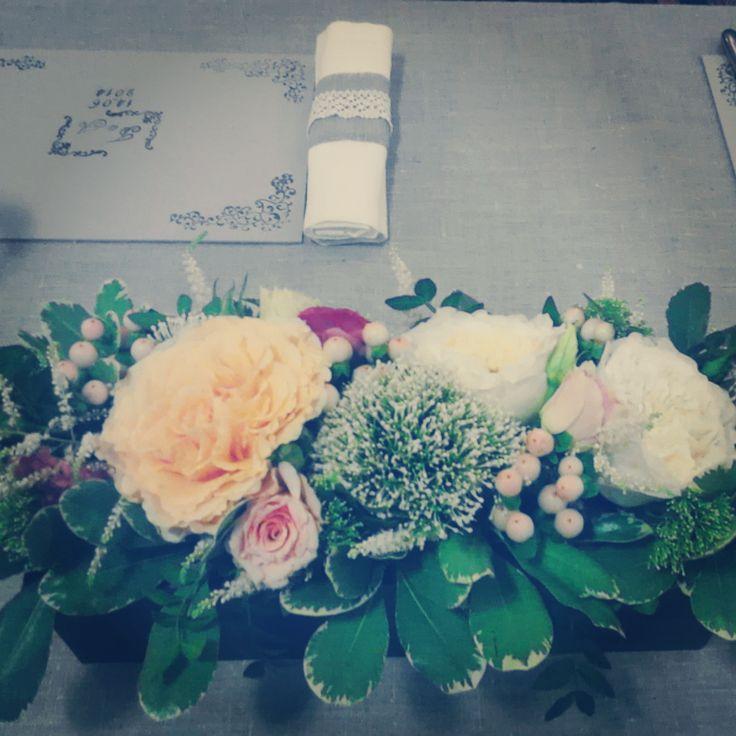 Оформление гостевого стола: флористическая композиция, кольцо для салфетки из льна и кружева, подставка под тарелку с инициалами жениха и невесты. Свадьба в стиле рустик в персиковых тонах.