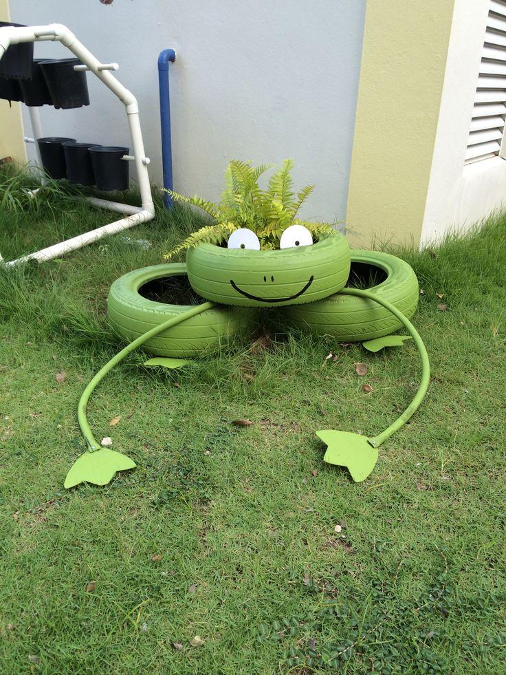 Sapo creado con gomas usadas para el huerto escolar.