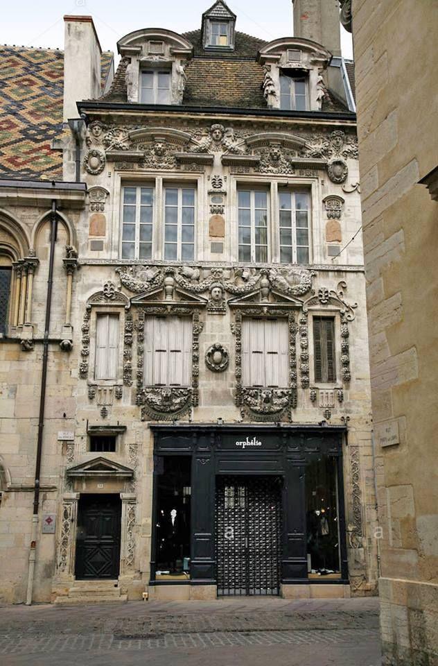 Casa Maillard  É uma das mansões mais notáveis de Dijon, na  Côte-d'Or de estilo renascentista do século XVI.   O hotel particulier é classificado como monumentos históricos desde 1889.   Em 1561 esta mansão foi construída na 38 rue des Forges  em Dijon por Jean Maillard (prefeito de Dijon 1560-1561), com uma notável fachada ricamente esculpida.  O nível superior da fachada e da fachada do pátio interior são atribuídas ao arquiteto e escultor burguinão,  Hugues Sambin (1520-1601).  No início…