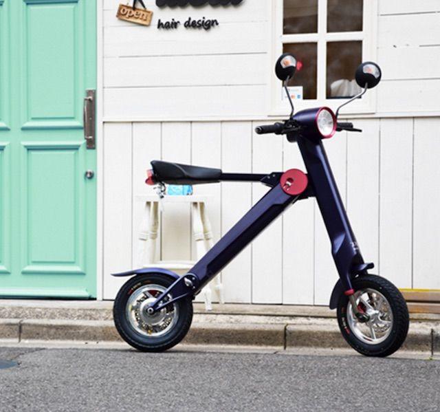 自転車じゃないよ、バイクだよ。 ちょっと買い物にスイー、あるいはコンビニにスイーっと気軽に乗り付けられる下駄みたいな電動バイクの登場です。ライフスタイル家電・家具ブランドのUPQは折りたたみ可能な電