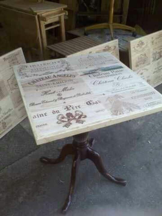 Mesa de restaurante con cajas de vino