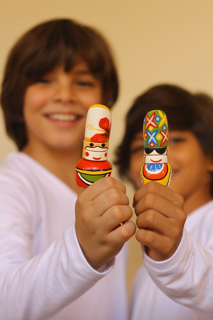 CARNILOCOS, son una Serie de títeres de dedo que representa los personajes del carnaval de Barranquilla, transmitiendo la tradición y cultura a niños.