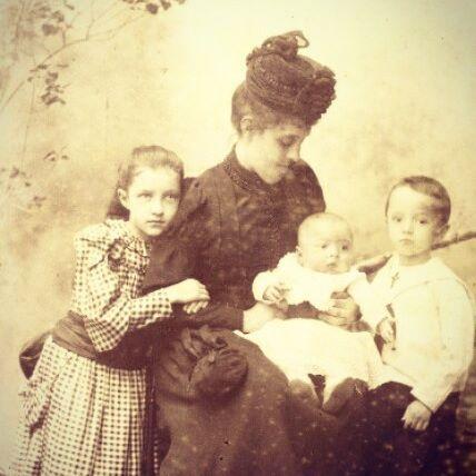 Carolina Borromeo (1864-1925), moglie del barone Giuseppe Bagatti Valsecchi di Belvignate (1845-1934) e i figli Costanza, Pier Fausto e Carlo Maria. Fotografia del 1892.