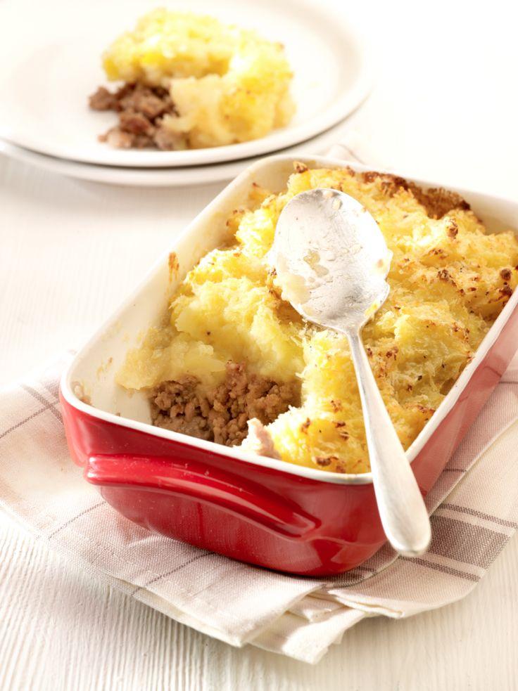 Bereiden: Schil de aardappelen en kook gaar in licht gezouten water. Breng het water samen met de suiker en het sap van het uitgeknepen partje citroen aan de kook. Schil ondertussen de appelen en verwijder het klokhuis. Snijd de appelen in partjes en voeg toe aan de siroop. Zet het deksel op de kookpot en laat rustig pruttelen tot de appelen zacht zijn. Bak het rundsgehakt kort aan in een hete pan met een klontje gesmolten boter. Breng het vlees op smaak met peper en zout en meng de ajuin…