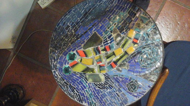 Mounstropez. Mosaico venecitas y vidrio de color sobre mesademetal. Realizó P. Kandus. 2016. Obsequio para Anibal Carbajo.