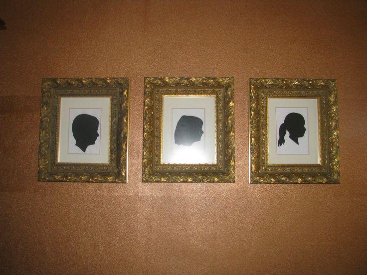 Koperen wand met gouden barok lijsten. Zwarte silhouette van de kinderen erin. Zo stoer!!!