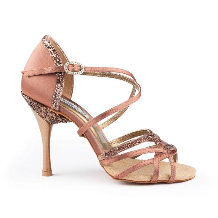 En fantastisk og dragende kvalitets-dansesko latin fra PortDance. Model PD800 Pro Premium er en luksus-sko i mørk bronze satin. Forhandles hos Nordic Dance Shoes: http://www.nordicdanceshoes.dk/portdance-pd800-pro-premium-bronze-moerk-satin-dansesko#utm_source=pin