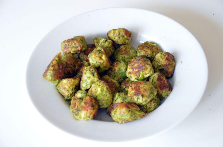 Jag lovar att en bättre bild kommer! Ingredienser: 2 broccoli, buketterna (ca 200-250 gram) 2 dl grovriven Prästost 1 liten gul lök, finhackad 2 ägg 1-1,5 dl ströbröd 1 dl färska basilikablad, grovhackade 1 tsk torkad oregano 1 tsk salt 1 tsk vitpeppar 1 msk smör Gör såhär: Koka broccolibuketterna i lättsaltat vatten i cirka 6 minuter. Häll av vattnet och skölj dem kalla. Blanda ned i en bunke tillsammans med grovriven ost, finhackad lök, 1 ägg, ströbröd, grovhackad basilika, torkad oregano…