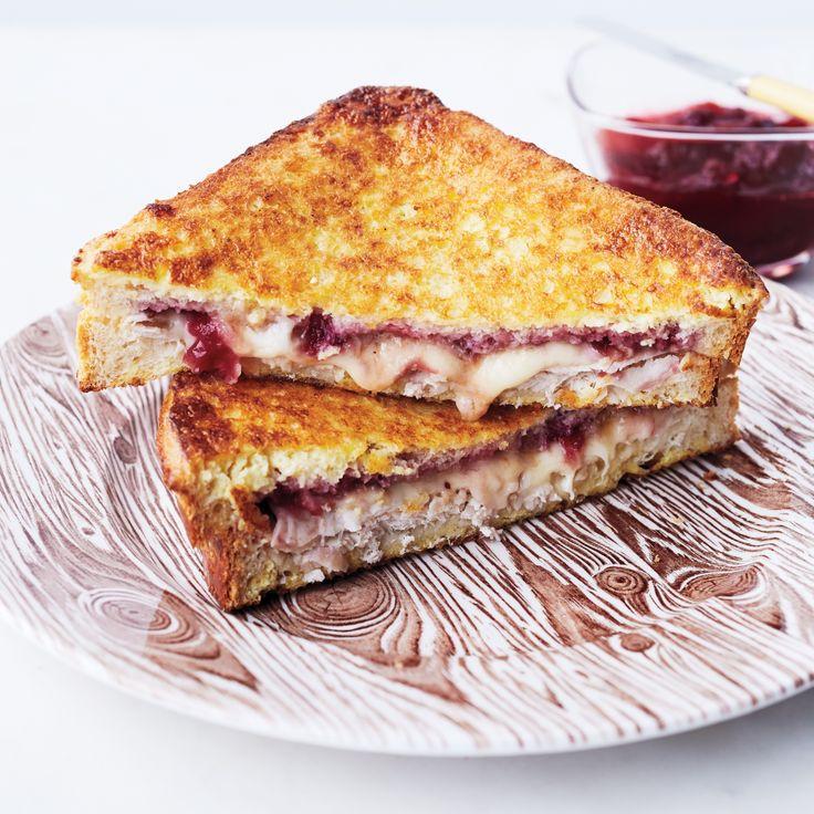 Monte Christo: geroosterd brood met gesmolten kaas en fruit, gedompeld in eieren en dan bakken in de pan.  Zie uitgebreid recept.