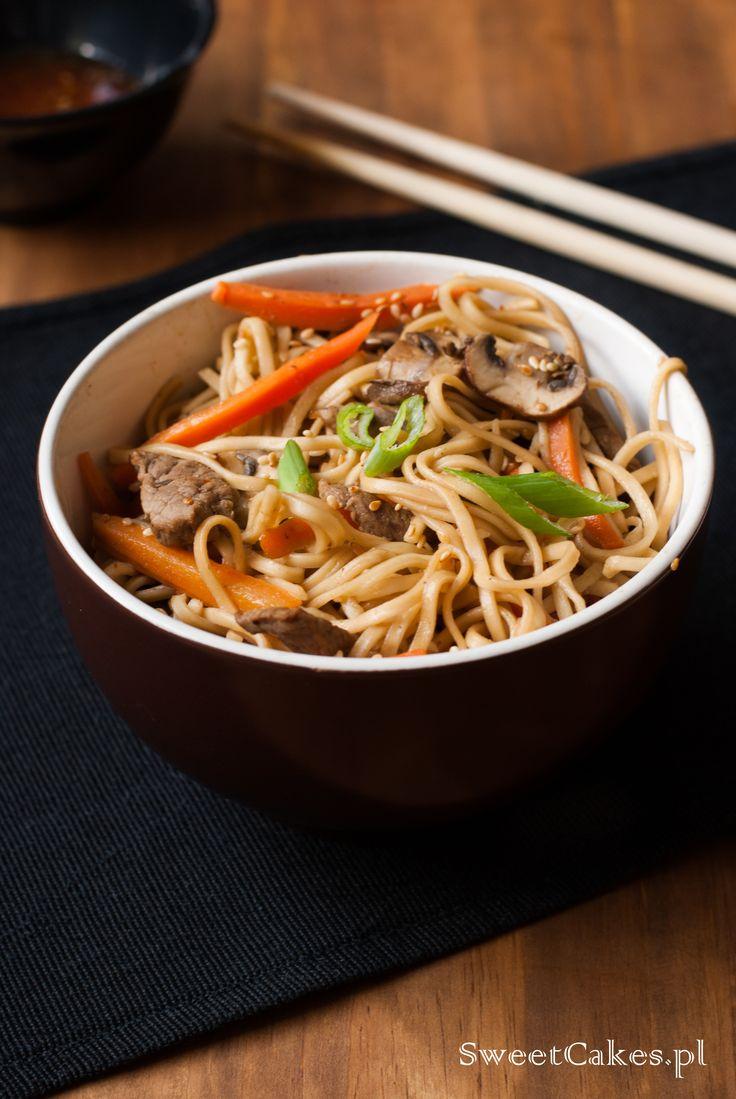 Makaron chiński z wołowiną i warzywami. Beef and noodle stir fry