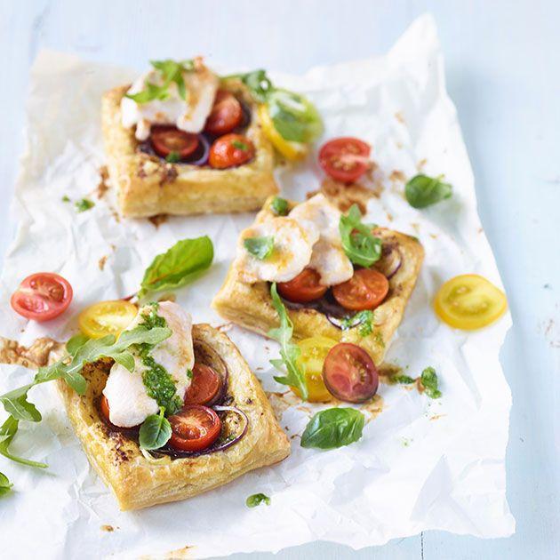 Sprø minipaier av butterdeig med stekt kylling, pesto, fetaost, ruccola og tomater lager du i rakettfart til middag eller til tapasbordet. Nam!