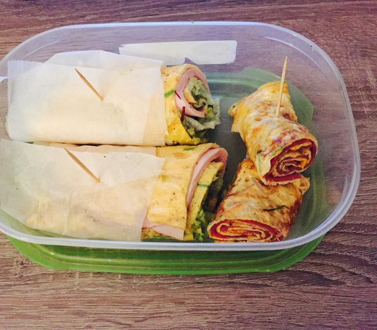 Lunch preparations! Egg wraps with avocado, lettuce, turkey and cucumber. The smaller egg wraps with smoked beef!✨