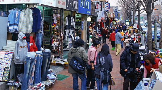 Itaewon is choc-a-block with bars, clubs, restaurants and shops selling everything from reproduction Korean furniture and tailored suits to jewelry and Korean pottery