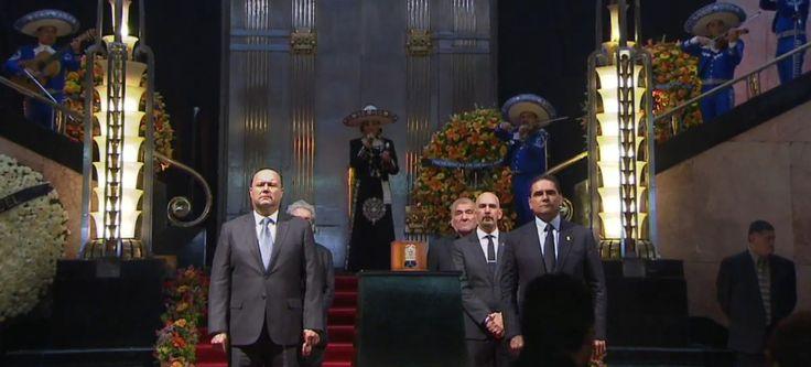 Bellas Artes recibe a Juan Gabriel por última vez, miles lo despiden | El…