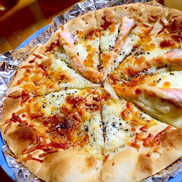 レシピとお料理がひらめくSnapDish - 30件のもぐもぐ - サーモンとイクラとブラックペッパーのクリームピザ by ikutass