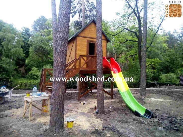 Прекрасное утро для сдачи объекта 🏁 #Детский #игровой #домик под заказ.  Конструкция установлена вокруг свежо спиленного дерева, которое служит ножкой для столика в самом домике. Высота домика внутри предусмотрена для пребывания не только детей, но и взрослых. С удовольствием построим такой и Вам! Звоните +38 (067) 464 64 52; +38 (095) 150 44 04 http://woodshed.com.ua/17-detskie-domiki