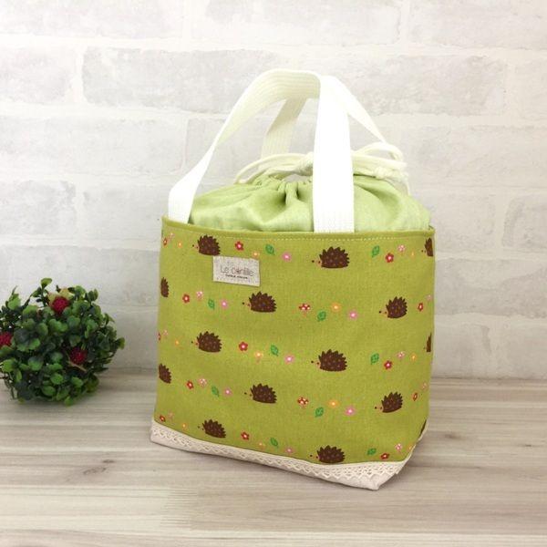 かわいいハリネズミのイラストがプリントされた生地でトートバッグを作りました。汚れてもネットを使用しますが洗濯機で洗えますのでランチバックやお散歩バックにお使いいただけます。また、お子様のお着換えバッグ(袋)としても使用できます♪●カラー:緑 生成り 茶 赤 白 ピンク オレンジ ●サイズ:マチをたてて縦18センチ 横17センチ マチ12センチ●素材:綿●注意事項:お洗濯はネットのご使用をオススメします。●作家名:la stoffa#巾着型トートバッグ #ランチバッグ #お弁当入れ #おしゃれ #かわいい #大人可愛い #丁度良いサイズ #手持ちのバッグ #ミニトート#中身が見えな #布雑貨 #バッグ #お出掛けバッグ #お買い物バッグ #お子様用 #子供 #お着替え袋 #ハンドメイド #handmade…
