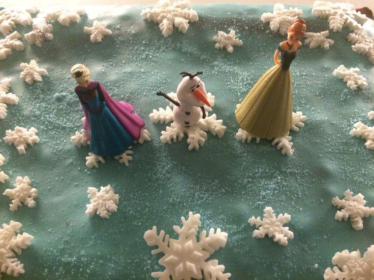 Frost. Kake til Disney- bursdag laget av 12 år gammel datter: Ordinær langpannekake med: Lys blå sukkerpasta, fint lag med mat-sølvspray, snøkrystaller stanset ut fra hvit sukkerpasta og Frost-figurer fra leketøysbutikken.