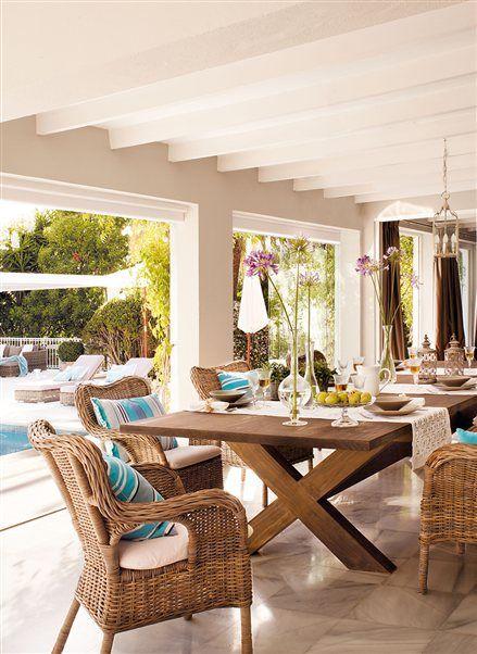 Comedor de verano con puertas abiertas