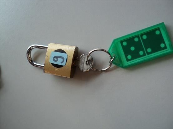 Met het sleuteltje en hanger het juiste slotje open maken