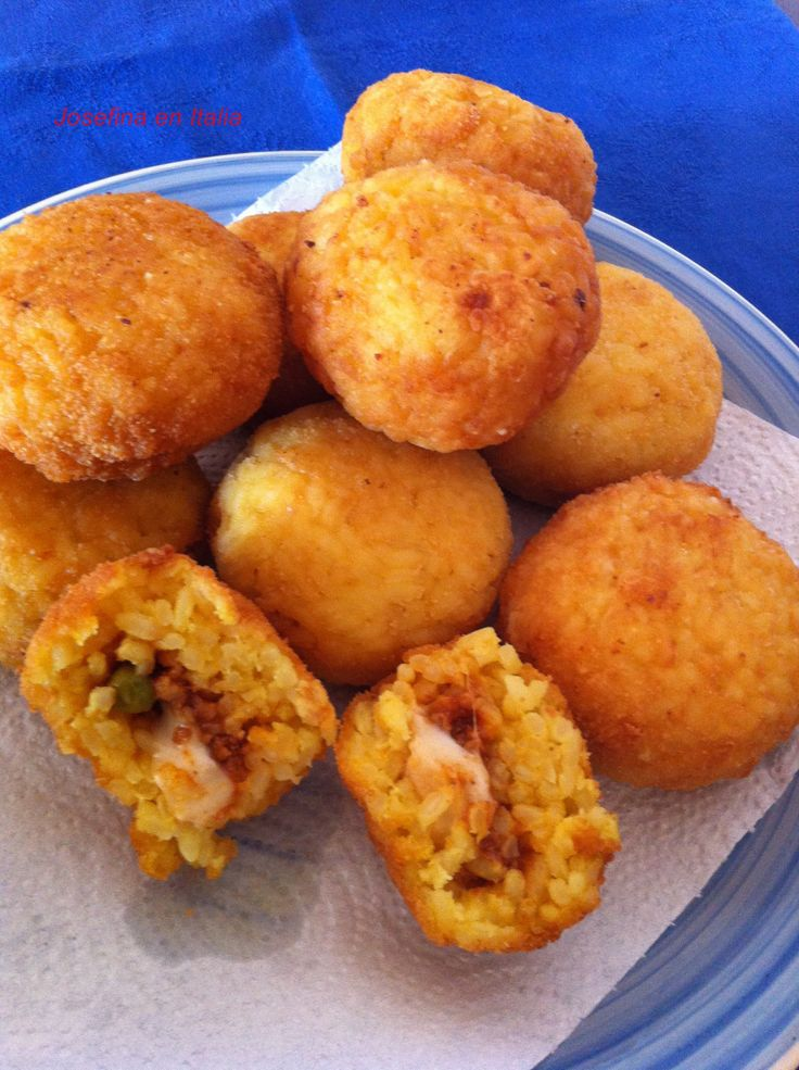 Los Arancini son una especialidad de la Sicilia y son conocidos por su particular forma de pera, en vez de en forma de pelota, por el relleno a base de carne y por el color del arroz que se usa par…