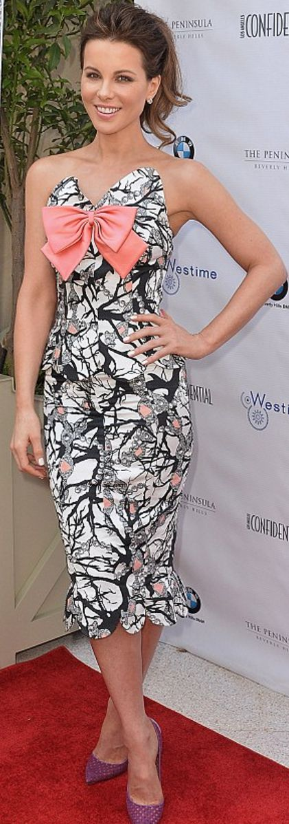 Who made  Kate Beckinsale's strapless pink bow sweetheart dress and pearl earrings?