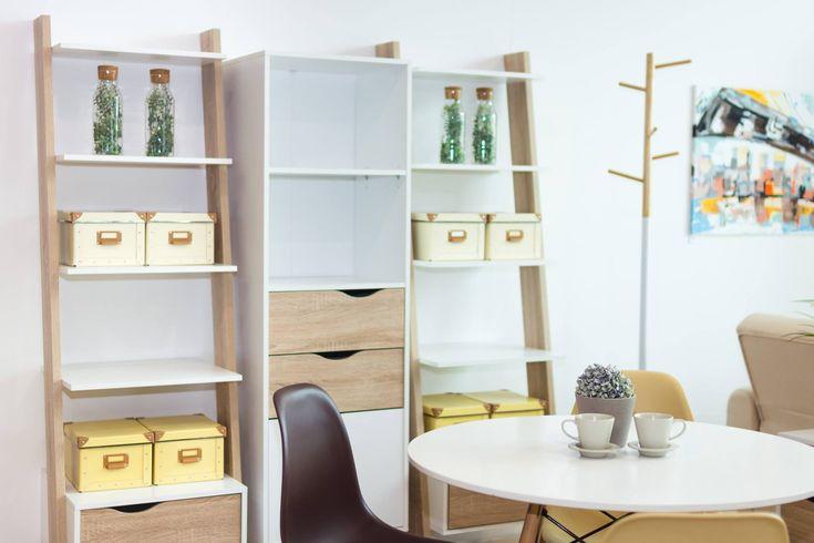 💡Tip od interiérového dizajnéra 💡  Úložného priestoru nikdy nie je dosť. Skúste skombinovať dva regály s praktickou vitrínou a získate tak dostatok flexibilného miesta na odkladanie drobností v jedálni či obývačke.