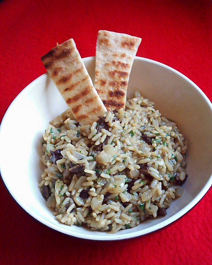INGREDIENTI 400 gr di riso Carnaroli 50 gr si funghi porcini secchi oppure (nel periodo autunnale) 400 gr di funghi porcini freschi Una cipolla oppure uno scalogno 1,5 litri di brodo di carne (pezzo di carne magro possibilmente con l'osso, carota, patata, sedano, cipolla, prezzemolo, 1/2 pomodorini interi) Olio extravergine di oliva q.b. Prezzemolo tritato a piacere Vino bianco q.b. ...