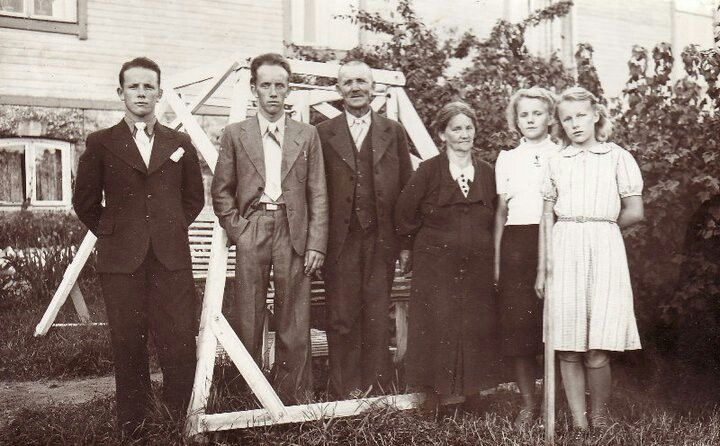 My grandfather, his brother, my grand grandfather, my grand grandmother, mu grandfather's sisters