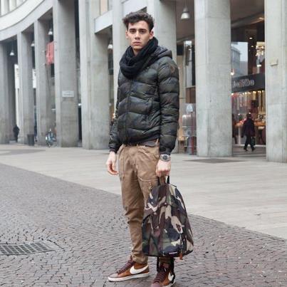 """Ecco un altro esempio di stile """"camou"""" intercettato per le vie di Milano. Zaino Eastpak Padded Camouflage. Disponibile online sul nostro shop"""