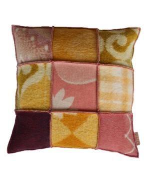 kussen bekleed met wollen dekens in oud roze/ okergele tinten. De prijs is inclusief binnenkussen. Ook te bestellen in het formaat 60-60 cm, of in een andere kleurstelling