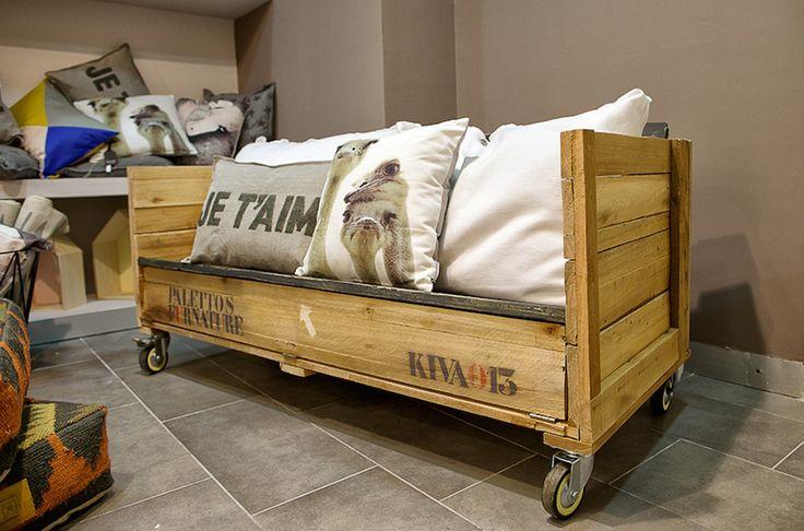 Banco de madera reciclada hecho con una caja de transporte y maderas de construcción. Su base alberga un cajón para guardar todo aquello que no necesitamos.