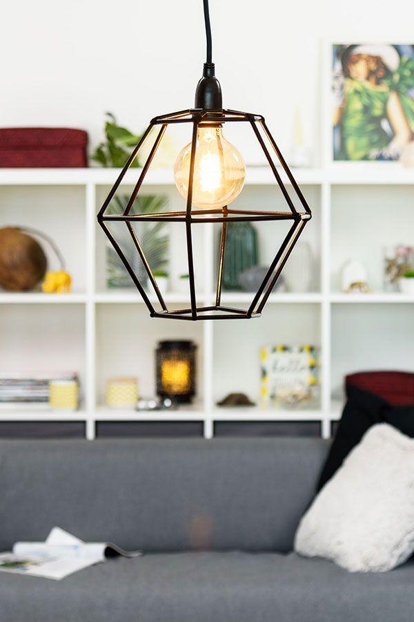 da cocktail, lampada esagonale e paralume in stile industriale per  decorare un soggiorno moderno. Lampada gabbia con forme geometriche fai da  te