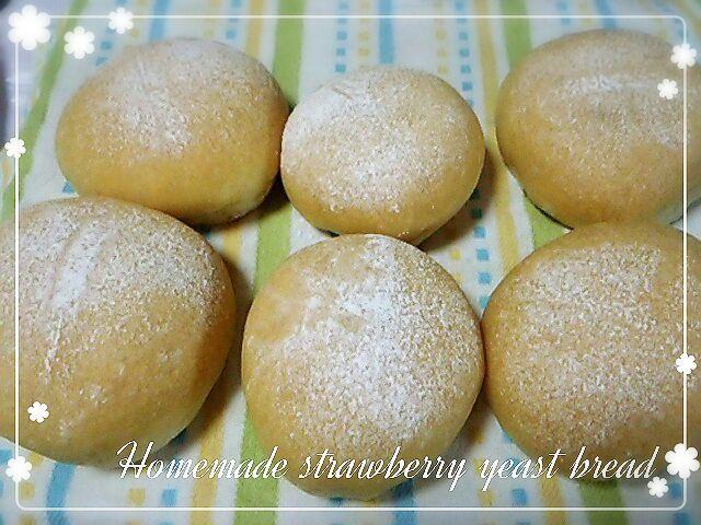 酵母パン修行と称して固いパンばかりを焼いてる反動で、ふわふわパン食べたい衝動が⤴⤴に。 イチゴ酵母がすごく良い香りだったので、ストレート法でふわふわパンにチャレンジ(*´∀`)  ものっっっすごいフワフワ(ノ´∀`*) イチゴの香りもふんわり漂うフワフワパンになりました♪  …白パンにするつもりが、ちょっと他のことをして目を離した隙に色づいてしまったことはナイショです(^_^;) - 105件のもぐもぐ - 自家製イチゴ酵母パン~ストレート法で♡ by めぐぴょん