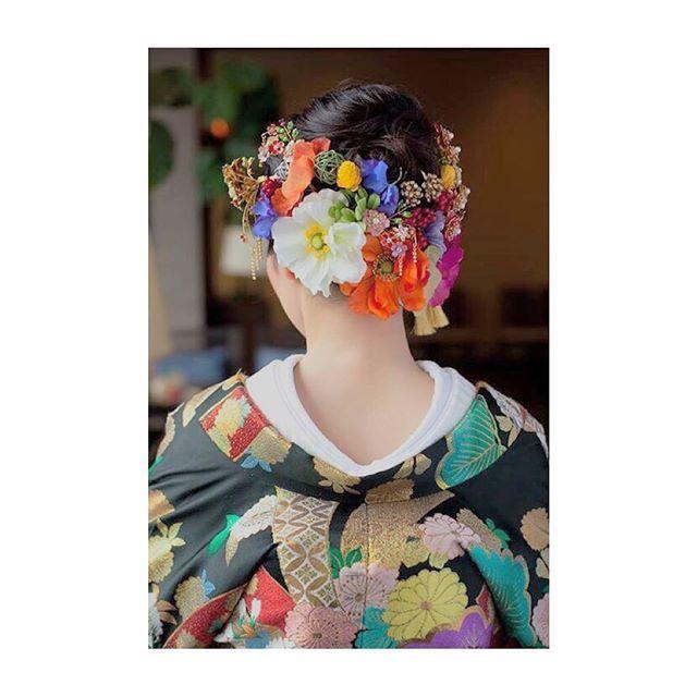 #ヘア は前は#すっきり#まとめて 、#刺繍 に合わせた#ハイカラ な#お花 を🌼 #黒地 で#かっこいい 色味だったので、後ろに#ボリュミー につけました💁🏼 hair💆🏼chiaki//make💄emiko  #和装#色打掛#和装スタイル#和装ヘア#和装ヘアアレンジ#花嫁さま#プレ花嫁#結婚式前撮り#前撮り#wedding#weddinghair#ちまスタ#佐賀#着物#着物ヘア#ブライダル#WNブライダルヘア#ブライダルヘアスタイル#hair#ヘアアレンジ#花嫁ヘア