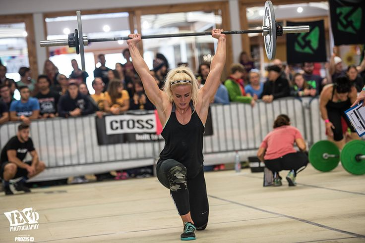 Sara sigmundsdottir crossfit athlete overhead walking lunge