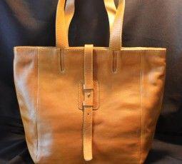 Tas kulit ini secara struktur dibuat  secara detail namun secara umum tetap simple, elegan dan feminim.