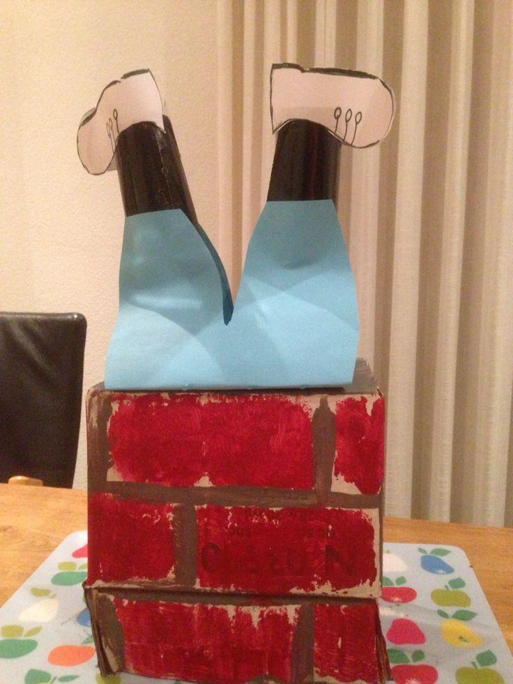 Sinterklaas muts. Schoorsteen is een doos met benen van Piet eruit van wc rolletjes.