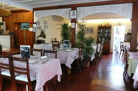 La Caz' - Propose une cuisine créole authentique « à l'ancienne » avec des caris bichiques, baba-figues et même tangue, un mets que l'on ne trouve que rarement dans les tables d'hôtes et jamais en restaurant.