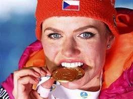 Gabriela Koukalová a její zlatá medaile za triumf ve sprintu na mistrovství světa v Hochfilzenu.