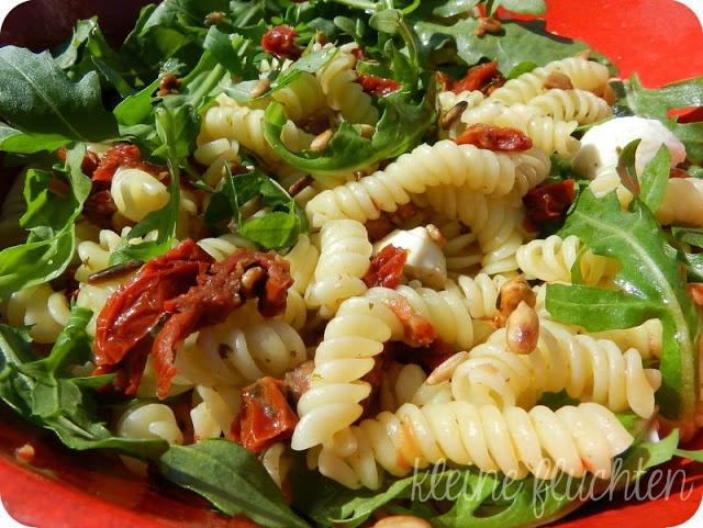 Nudelsalat mit getrockneten Tomaten und Ruccola